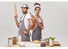 夫妻在厨房摆姿势准备美味的晚餐_12951080