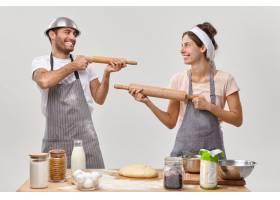 夫妻在厨房摆姿势准备美味的晚餐_12951084