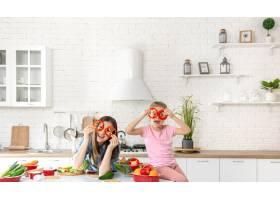 妈妈和女儿在厨房准备沙拉_9045845