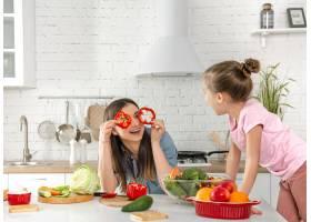 妈妈和女儿在厨房准备沙拉玩得开心玩蔬_10107793