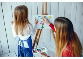 妈妈和女儿在画画_3828074