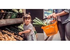 妈妈和女儿正在超市购物_8828795