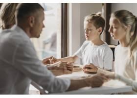 孩子和父母在饭前祈祷_11304010