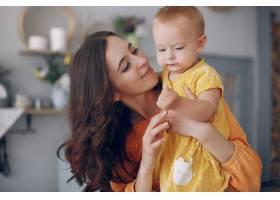 妈妈在家里带着小女儿玩耍_5909699