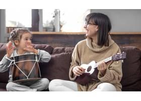 妈妈在家陪女儿玩耍关于乐器的课程儿童_11912875