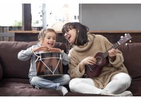 妈妈在家陪女儿玩耍关于乐器的课程儿童_12339201