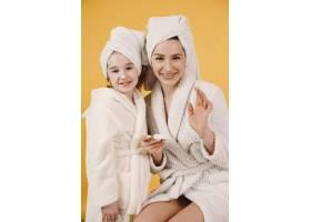 妈妈带着女儿穿着白色浴袍的女孩妈妈教_13552300