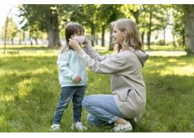 妈妈把女儿的医用口罩_9009389