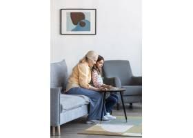 客厅里有全景拍摄的女人和女孩_12892302