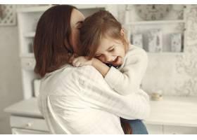 家人在家里母亲和女儿在一个房间里_11799111