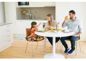 家人夫妇和女孩一起在厨房里吃早餐坐在餐_9988408