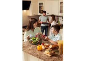 家人花时间在厨房准备食物_9266417