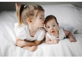 两个小姐妹正趴在地上穿着白色可爱的连衣_8316154