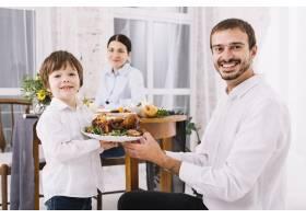 儿子端着鸡在盘子里的快乐男人_3279073