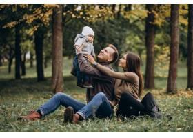 公园里带着小儿子的年轻家庭_11601311