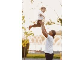 公园里的亚洲家庭穿白色T恤的男人_11161783