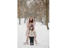 公园里的女人和小女孩_13180563
