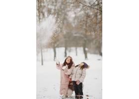 公园里的女人和小女孩_13180566