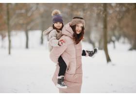 公园里的女人和小女孩_13180571