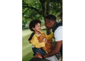 公园里的孩子和他的父亲_13006063
