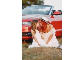 公园里美丽的一家人穿着白色连衣裙戴着帽_11160441