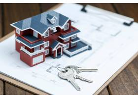 别墅房屋模型钥匙和复古桌面上的图纸房_1168102