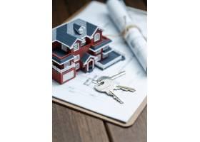 别墅房屋模型钥匙和复古桌面上的图纸房_1168104
