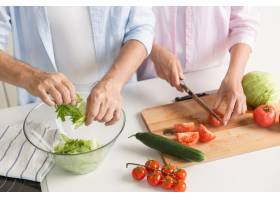 剪下的成熟恩爱夫妇家庭烹饪的照片_7285938