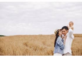 可爱的一家人在秋天的田野里玩耍_5557178