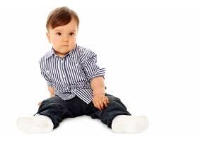 可爱的婴儿穿着白色的休闲服_7629955