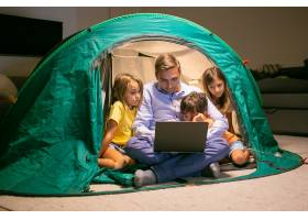 可爱的孩子们和爸爸在家里的帐篷里放松用_11622116