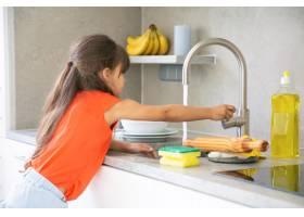 可爱的小女孩一个人在厨房洗盘子孩子伸手_9988401