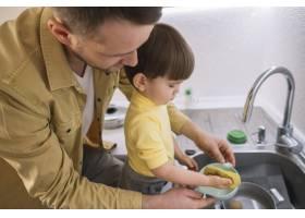 父子俩侧身洗碗_7500257