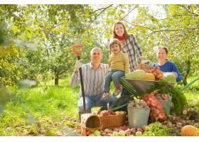花园里有丰收的幸福家庭_1239515