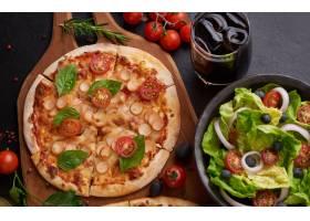质朴的深色石桌有各种意大利披萨俯瞰_13013002