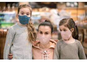 由于冠状病毒大流行的临近妈妈和女儿们在_11085580