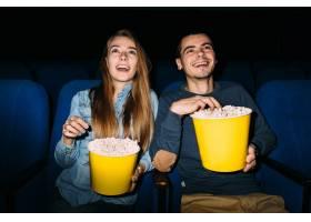 电影院最佳约会娱乐节目年轻夫妇在电影院_2584008