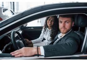 车里的全家福可爱的成功夫妇在汽车沙龙试_9691214