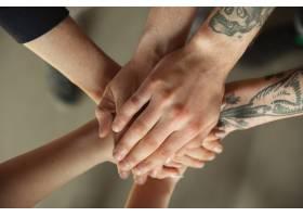 男人和女人的手靠在一起互相遮盖_13565399