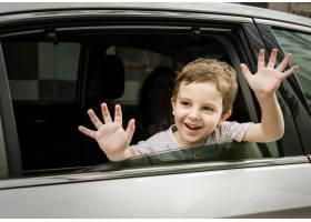 车里的男孩欢快的微笑问候_2999231