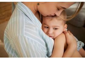 这张剪裁的照片是一位温柔体贴的年轻母亲_11193300