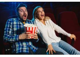 迷人的年轻高加索夫妇在电影院房子或电影_11649222