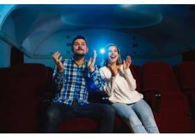迷人的年轻高加索夫妇在电影院房子或电影_12265132