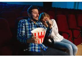 迷人的年轻高加索夫妇在电影院房子或电影_12265137
