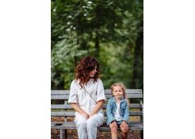 阳光明媚的公园里可爱的年轻母女幸福的家_13413057