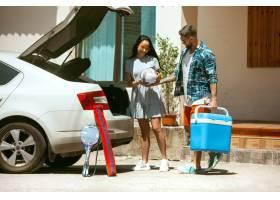 阳光明媚的日子里年轻夫妇正准备乘车度假_12263761
