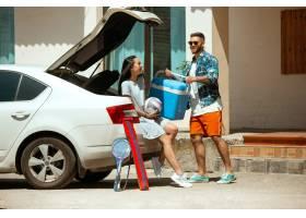 阳光明媚的日子里年轻夫妇正准备乘车度假_12263762