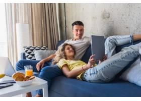 相爱的年轻男女坐在家里上网工作_9699543