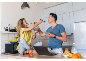 相爱的年轻男女早上在厨房吃健康有趣的早餐_9699591