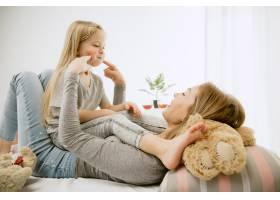 阳光明媚的早晨年轻的母亲和她的小女儿在_11530182